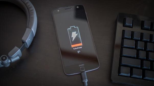 """""""Por que o meu celular demora tanto para carregar?"""", entenda quatro motivos que podem tirar a vida útil da bateria:"""